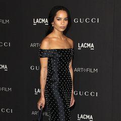 Eine stylische Punktlandung legt Zoë Kravitz im schulterfreien Kleid von Gabriela Hearst auf dem schwarzen Teppich der LACMA-Gala hin.