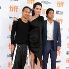 """Angelina Jolie mit ihren Söhnen Maddox (l.) und Pax (r.) bei der Premiere des Films """"First they Killed my Father'""""in Toronto, Kanada, am 11. September 2017. Der älteste der Jungs, Maddox, geht wohl bald seine eigenen Wege"""