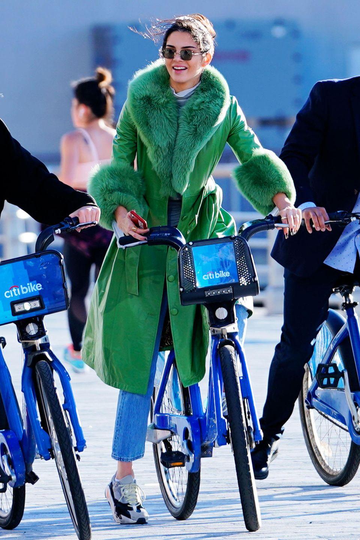 Kendall Jenner genießt eine herbstliche Fahrradtour durch New York, und wir genießen den Anblick ihres lässigen, grünen Ledermantels im Retro-Look.