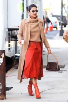 In warmen Herbsttönen begeistert Bollywood-Star Priyanka Chopra beim Bummel durch New York.