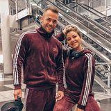 """Sehen Sie auch doppelt? """"Bachelor in Paradise""""-Kandidat Philipp Stehler und seine Freundin Antonia Elena machen sich im sportlich-flauschigen Partnerlook auf nach Bali. Na, dann mal viel Spaß im Urlaub."""