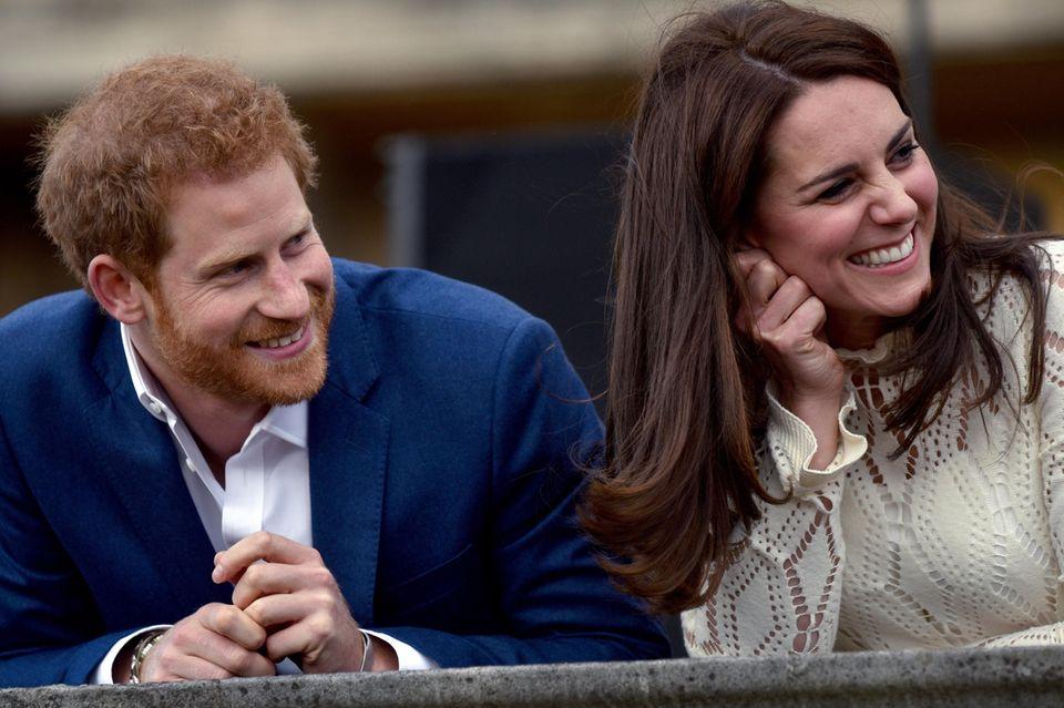 Prinz Harry und Herzogin Catherine verstehen sich hervorragend, hier zu sehen bei einer Tee-Party auf dem Grundstück des Buckingham Palasts am 13. Mai 2017