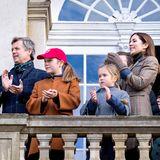 4. November 2018  Vom Balkon des Schlosses aus haben Prinz Frederik, PrinzessinIsabella,Prinzessin Josephine,Prinzessin Mary und Prinz Vincent den allerbesten Ausblick auf die Jagd, bei der in Dänemark übrigens kein wirklicher Fuchs, sondern zwei Reiter mit einem Fuchsschwanz gejagt werden.