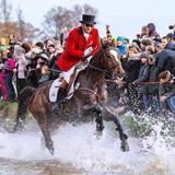 4. November 2018  Die traditionelle Hubertusjagd auf Schloss Eremitage im Hirschpark Dyrehaven ist ein Spektakel, das Tausende Schaulustige anzieht. Und jedes Jahr wieder auch die dänischen Kronprinzenfamilie.