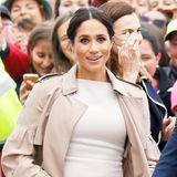 Oktober 2018: Im Rahmen ihrer Australien-Reise mit Prinz Harry, bezauberte Herzogin Meghan mit einem traumhaft schönen Look nach dem andern. Der Baby-Glow lässt die ehemalige Schauspielerin noch schöner strahlen, oder finden Sie nicht?
