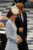 Welchen Witz HarryKate hier, beim Gottesdienst zu Ehren des 90. Geburtstages der Queen,wohl erzählt?