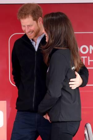 """Seine schützende Hand hält Harry nicht nur über Herzogin Meghan, sondern auch über seine Schwägerin. Hier beim """"Virgin Money London Marathon""""im April 2017"""
