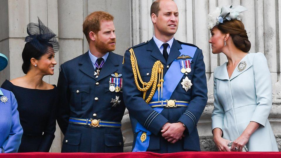 """Aus dem Dreier-Gespann Kate, William und Harry ist am 19. Mai 2018 mit der Hochzeit von Harry und Meghan offiziell ein Vierer-Pack geworden. Auf diesem Foto, das die Royals bei """"Trooping the Colour"""" einige Wochen später in London zeigt, ist die Stimmung bestens"""