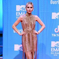 Die dritte Deutsche im Bunde ist Caro Daur. Sie glänzt in einem extravaganten Metallic-Dress, das in Glitzerbahnen knapp über dem Boden endet.