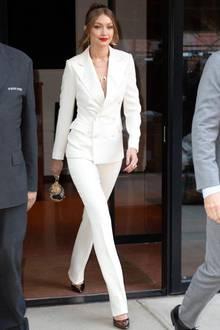 Ein Traum in Weiß!Gigi Hadid hat sich ganz schön schick gemacht, als sie Paparazzi in New York vor die Kameralinse läuft. Der Gesamtwert dieses Looks: knapp 10.000 Euro!Denn Gigi hüllt ihrenModelkörper in einen weißen Anzug von Ralph Laurent für rund 4.000 Euro, kombiniert dazu Stilettos von Loriblu für 460 Euro ...