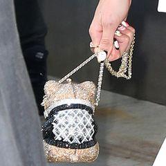 """... und hat ihr Hab und Gut in einer glitzernden Bärchen-Tasche von Judith Leiber für weitere 4.600 Euro verstaut. Der Grund für das exklusive Outfit? Gigi Hadid hat einen Gastauftritt in der """"Tonight Show"""" von Jimmy Fallon und zeigt sich zu diesem Anlass natürlich von ihrer besten Seite."""