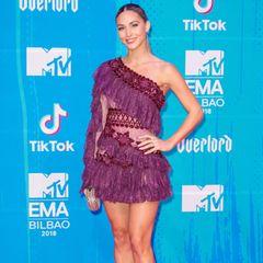 Wie toll: Ann-Kathrin Götze mischt sich bei den Europen Music Awards unter die großen internationalen Stars. In einem Kleid mit Fransen und transparenten Muster-Einsätzen klappt das hervorragend. Sie ist eine wahre Red-Carpet-Beauty.