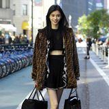 Bepackt mit zwei großen Goodie Bags verlässt Ming Xi das Headquarter von Victoria's Secret in New York. Auch sie wird ihren grazilen Körper für das Wäsche-Label in Szene setzen.
