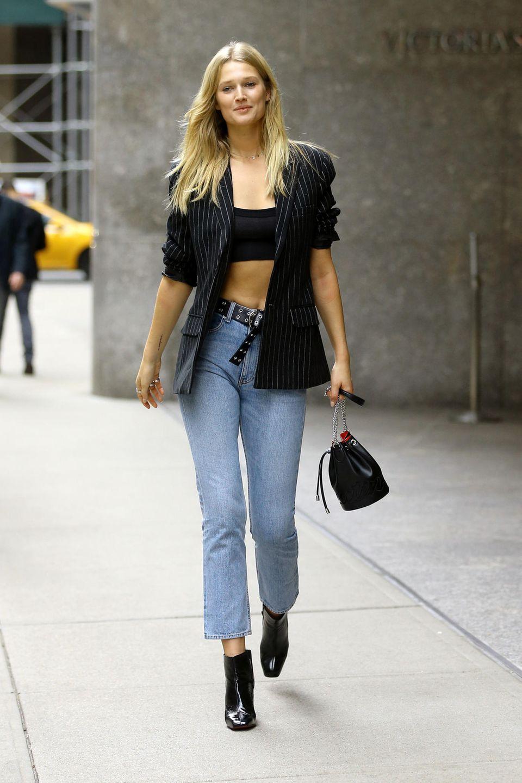 Regelmäßige Workouts und eine gesunde Ernährung formen den schlanken Körper von Toni Garrn. Mit einem verschmitzten Lächeln im Gesicht verlässt die 26-Jährige nach ihrem Fitting das Headquarter von Victoria's Secret in New York – wir sind schon so gespannt auf ihren Look!