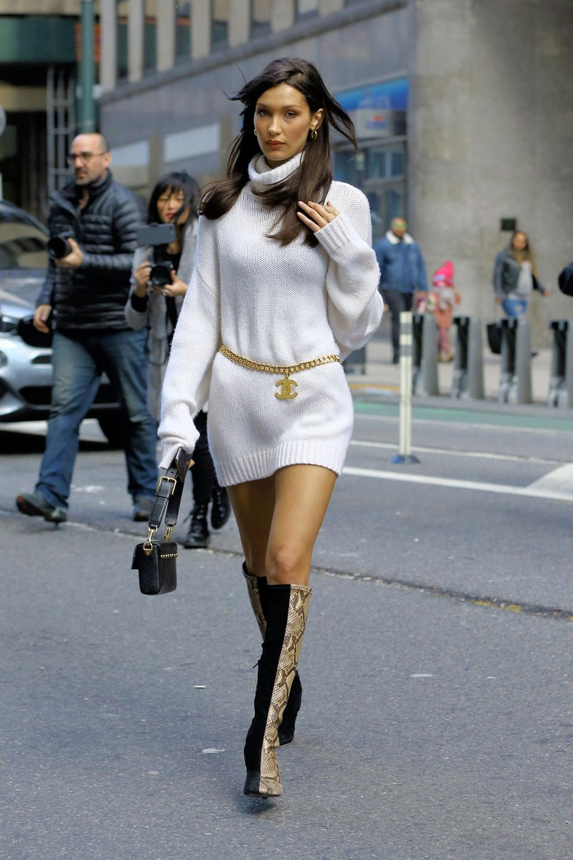 """Ihren kuscheligen Pullover wird Bella Hadid für die """"Victoria's Secret""""-Show in knappe Dessous eintauschen. IhrLächeln hatdie jüngere Schwester von Gigi Hadid – übrigens ebenfalls VS-Model – bis dahin hoffentlich wiedergefunden ..."""