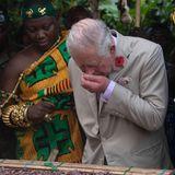 4. November 2018  Prinz Charles schnuppert bei einem Besuch auf einer Kakaofarm in Ghana genüsslich an den Bohnen.