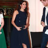 """An Tag 3 ihrer Auslandsreise im Oktober 2018 besuchen Herzogin Meghan und Prinz Harry Aucklands """"War Memorial Museum"""". Hier beweist Meghan viel Geschmack in einem dunklen Kleid mit Neckholder ähnlichem Schnitt."""