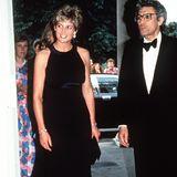 15 Jahre zuvor setzt auch Lady Diana auf eine Robe mit ähnlichem Ausschnitt. Ihre Variante ist jedoch im Empire-Stil gehalten und somit unterhalb der Brust zusammen gehalten.