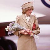Auf den Klassiker in Sachen Herbstmantel hat auch schon Lady Diana 1985 gesetzt. Ihr klassisches Modell ist zwar kein Trench, dafür aber auch ein Zweireiher und beige.