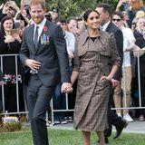 Am ersten tag in Neuseeland macht Herzogin Meghan eine tolle Figur in einem traditionellen Karo-Muster, das ziemlich fein ist.