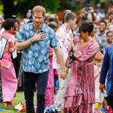 Hier ist es tatsächlich eher Prinz Harry, der einen ehemaligen Lookseiner verstorbenen Mutter wieder aufgreift. Die Farben und das Muster seines Hemdes in Kombination mit dem schnitt von Meghan Kleides ergeben ...