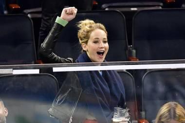 Bei einem Hockeyspiel in New York kann sich Jennifer Lawrence nicht mehr auf dem Stuhl halten. Voller Freude springt die Blondine auf und jubelt von der Tribüne.