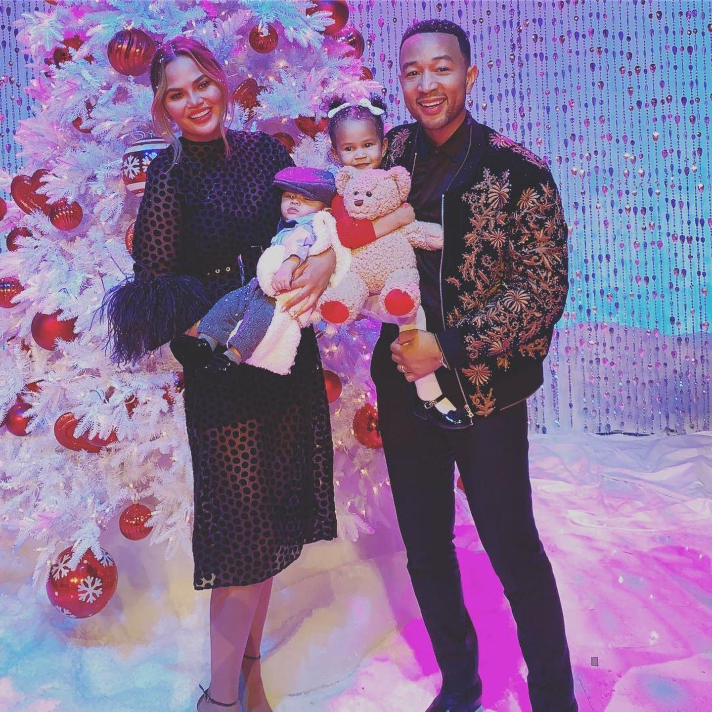 4. November 2018  Bei der NBC-Weihnachtsshow erscheint die ganze Familie Teigen-Legend. Diesenweihnachtliche Schnappschuss teilt Chrissy Teigen auf ihrem Instagram-Account.