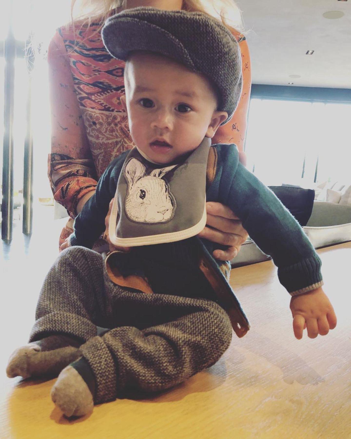 4. November 2018  Wie zuckersüß ist dieses Foto bitte?! Der kleine Miles Theodore in einer Tweedhose und passender Schiebermütze. Wirklich zum Dahinschmelzen.