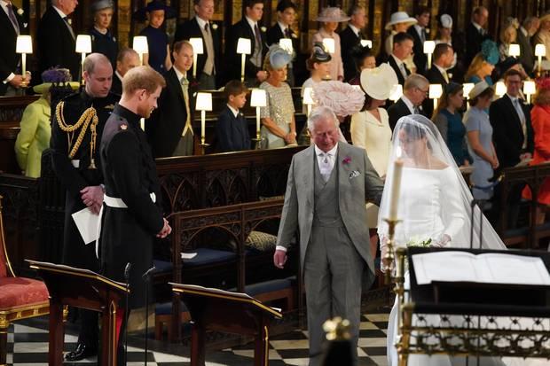 Prinz Charles führt Herzogin Meghan zum Altar