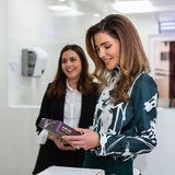 Anschließend besucht sie ein Kinderzentrum und auch dessen Küche. Ob die edle Bluse des Luxuslabels Celine dafür die richtige Wahl war? Ihr Haar fällt Königin Rania - wie so oft - in perfekten Locken über die Schulter.