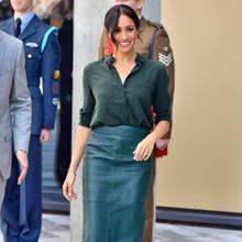 Herzogin Meghan trägt zum Lederrock von Boss eine lässige Bluse von & Other Stories