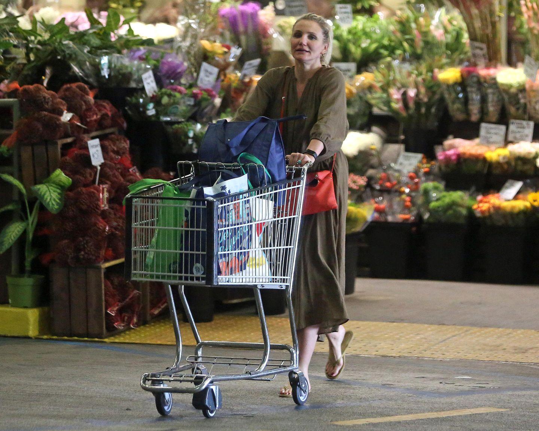 Schauspielerin Cameron Diaz hat jetzt als sogenannte Hollywood-Rentnerin ganz viel Zeit für die schönen Dinge im Leben. Unter anderem auch zum Shoppen von Lebensmitteln. In einem herrlich entspannten Look mit Khaki-Overall und Flip-Flopsschlendert die Blondine durch einen Supermarkt in Los Angeles und füllt ihren Einkaufswagen mit allerhand Köstlichkeiten. Ob sie hier Vorbereitungen für ein Dinner-Date mit ihrem Mann Benji Madden trifft?