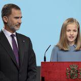 31. Oktober 2018  Prinzessin Leonor von Spanien hat bei ihrer ersten öffentlichen Rede für die zukünftigen Auftritte als Königin geübt. Dabei verzaubertdie Thronfolgerin vor allem ihre Eltern König Felipe und Königin Letizia. Stolz begutachtet König Felipe seine Tochter.
