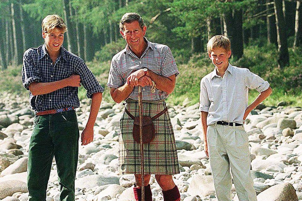 Prinz William, Prinz Charles und Prinz Harry im August 1997 bei einem Urlaub in Schottland.