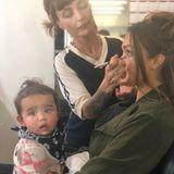 20. September 2018  Jessica Alba ist wirklich eine Multitasking-Mom. Selbst in Maske hält die Schauspielern den kleinen Hayes.