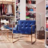 Zwischen ihren Handtaschen befindet sich außerdem diese hübsche Sessel des trendigen Interior-Shops, der auch schon Chiaras Büro ausgestattet hat.