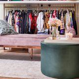 Und weil die Outfit-Wahl bei so vielen tollen Looks manchmal etwas dauert, ist ihr begehbarer Schrank nicht nur mit ausreichend Kleiderstangen ausgestattet, sondern lädt durch weitere Möbel auch zum Verweilen ein. Das Zentrum bilden zum Beispiel dieser samtige Chaiselongue samt Beistelltisch von Westwing.de.