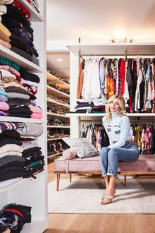 Modebloggerin Chiara Ferragni lebt für coole Looks, neue Trends und besondere Fashion-Stücke. Kein Wunder also, dass sie für ihre Lieblinge gleich einen großen Raum anstatt einen kleinen Schrank hat. In ihrem Walk-In-Closet in ihrer Mailänder Wohnung hat sie ihre It-Pieces so immer perfekt im Blick.