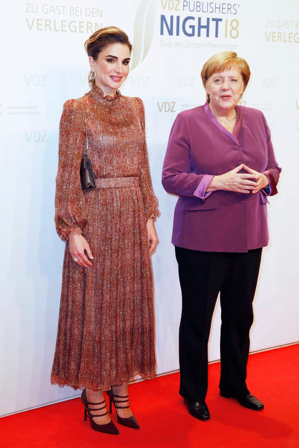 Königin Rania und Angela Merkel bei der VDZ Publisher's Night in der Hauptstadtrepräsentanz der Deutschen Telekom in Berlin. Der jordanische Royal übergab der Bundeskanzlerinden Ehrenpreis Goldene Victoria.