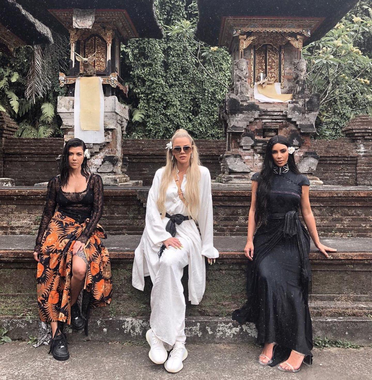 31. Oktober 2018  In heißen Outfits posieren die drei Kardashian-Schwestern Kourtney, Khloe und Kim Kardashian vor einer malerischen Kulisse auf Bali.
