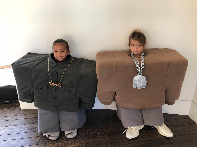 1. November 2018  Wie süß ist das denn bitte?! Saint und Reign posieren in witzigen Kostümen. Während Kim Kardashians Saint dabei Spaß zu haben scheint, findet Reign den Gag der Mütter wohl nicht so witzig.