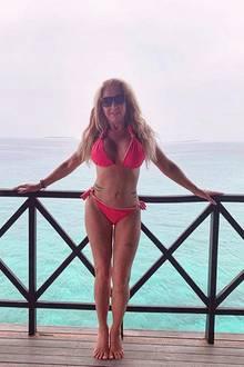 TV-Star Carmen Geiss hat ohne Frage eine beneidenswert durchtrainierte Figur. Doch wieso biegt sichdas Geländer unter ihrem linkem Arm so verdächtig? Es scheint, als habe die Blondine bei ihrer schmalen Wespentaille mit Hilfe eines digitalen Bearbeitungsprogramms ein wenig nachgeholfen.
