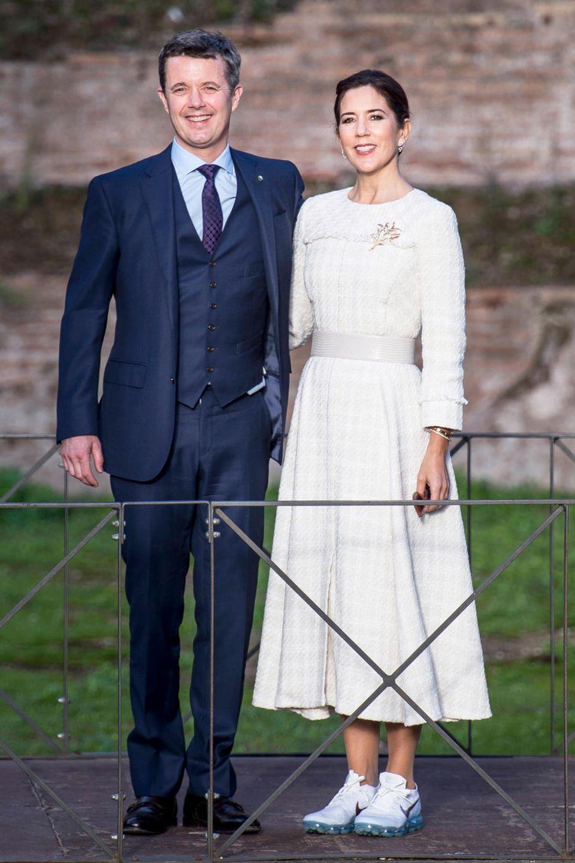 Prinz Frederik und Prinzessin Mary besuchen im Rahmen ihrer Italien-Reise dieTerme Di Caracalla in Rom. Mary trägt ein weißes Kleid, in dem sie an der Seite ihres Ehemanns eine gewohnt gute Figur macht. Überraschend ist hingegen die Wahl ihres Schuhwerks. Die dänische Prinzessin trägt Sneaker statt High Heels. Grund dafürist vermutlich der unebeneBodenbelag vor Ort.
