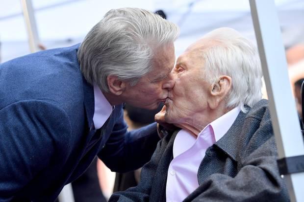 Küsschen für Papa: Michael Douglas mit seinem Vater Kirk Douglas