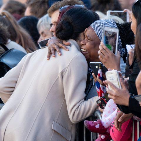 In Szenen wie dieservom 3. Oktober 2018, als Meghan im britischenChichester einen Fan in der Menge umarmt, sehen Sicherheitskräfte des Palastes ein Problem