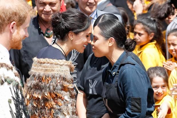 """Beim sogenannten """"Hongi"""", einemtraditionellenBegrüßungsritual der Māori in Neuseeland, kennt Meghan keine Berührungsängste"""