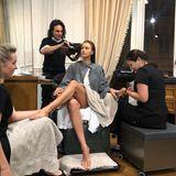 Einmal das gesamte Paket zum Wohlfühlen, bitte! Irina Shayk wird für eine Fashionshow gleich von allen Seiten hergerichtet. Die russische Schönheit muss eigentlich nur dasitzen und sich verwöhnen lassen. Da könnte man glatt neidisch werden.