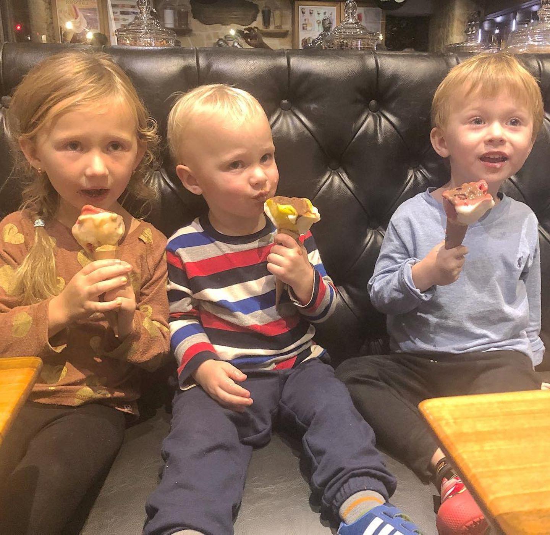 10. Oktober 2018  Einmal Eis für alle, bitte! Die drei Kids Carmen, Leonardo und Rafael genießen eine extragroße Portion der gefrorenen Süßspeise.