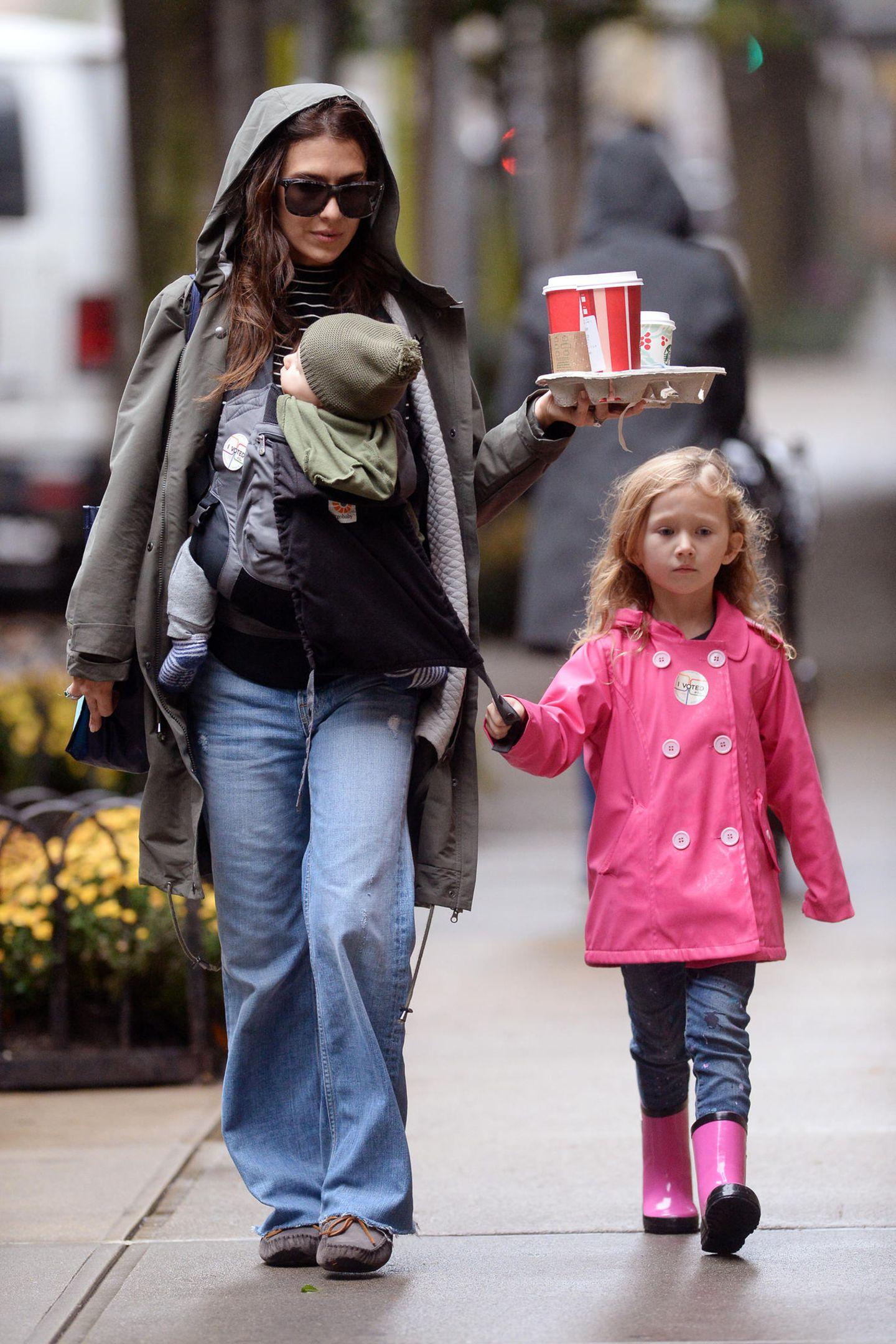 6. November 2018  Regenwetter in New York: Hilaria Baldwin schlendert mit den Kids Romeo und Carmen mit einem Coffee-to-go durch die Straßen.