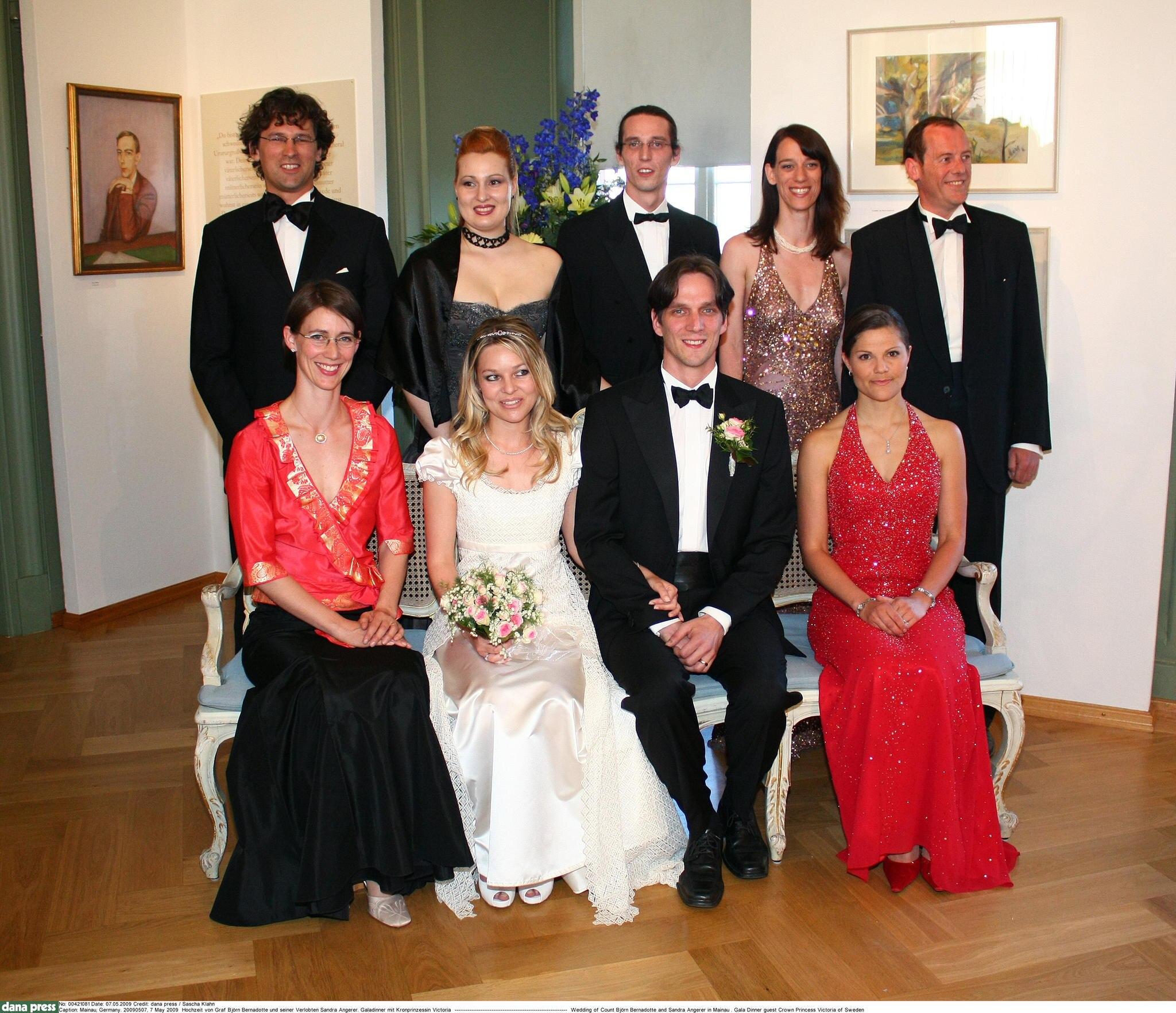 Das Hochzeitsfoto von Björn Graf Bernadotte und Sandra Gräfin Bernadotte mit Prinzessin Victoria.